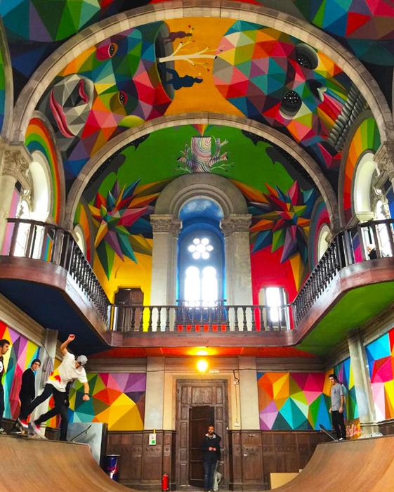 Психоделическое граффити покрывает все внутренние поверхности церкви.