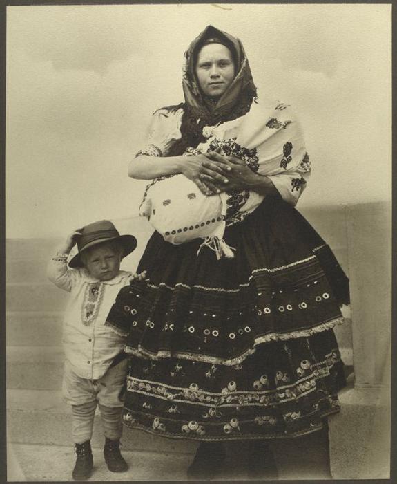 Женщина со своими детьми из Словакии.