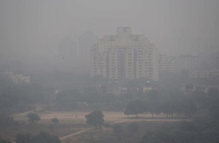 Город Гургаон, к юго-востоку от Нью-Дели, Индия. Декабрь 2017.