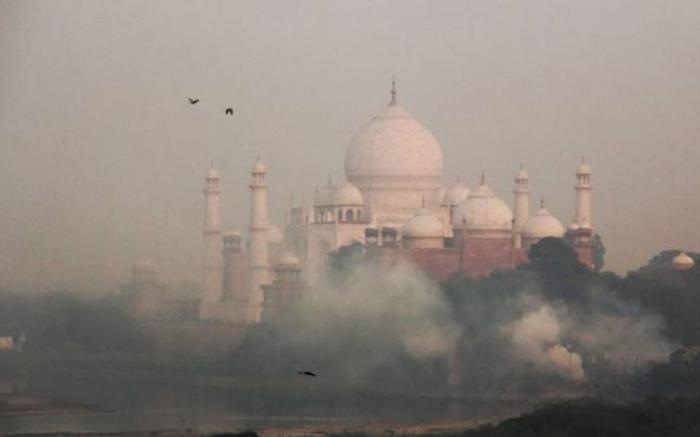 Достопримечательности Индии сквозь смог.