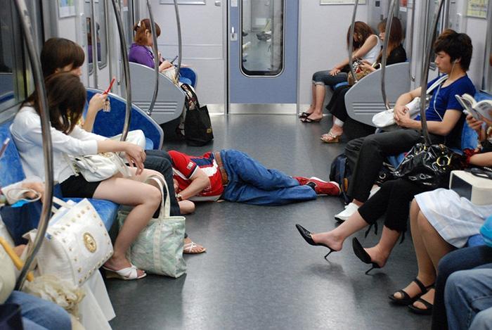 В транспорте можно нередко встретить спящих офисных работников.