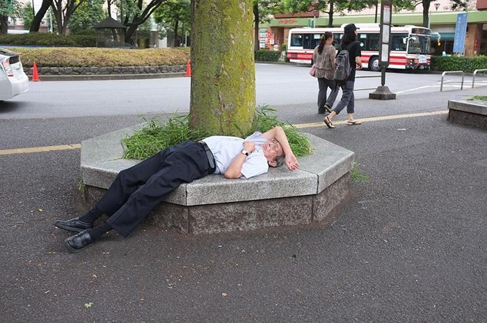 Инэмури показывает, что ты так усердно работаешь, что у тебя не остается времени на долгий сон.
