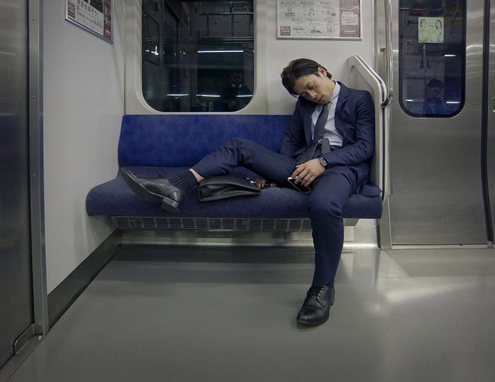 Чаще всего японцы засыпают по дороге из дома или домой.
