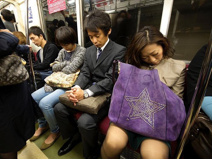 В час можно нередко увидеть спящих японцев в транспорте.