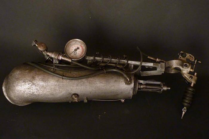 В протезе объединены части пишущей машинки, манометра и различных трубок.
