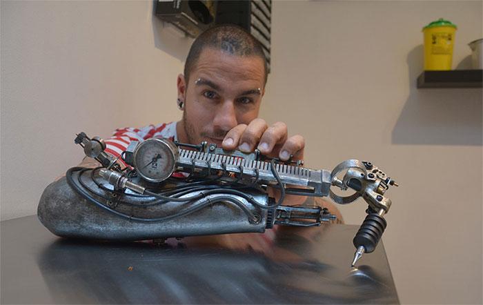 Тату-мастер JC Sheitan Tenet и его новый протез.