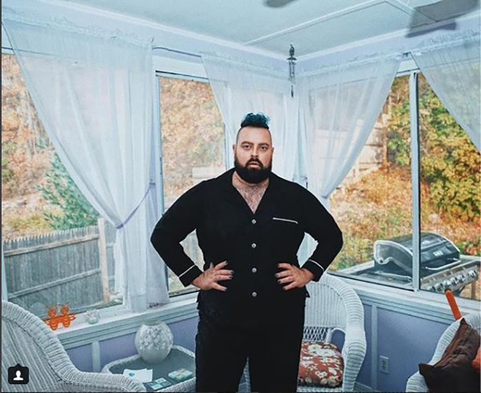 Отчаянный домохозяин в одном из своих семи домов. Instagram @abearnamedtroy.