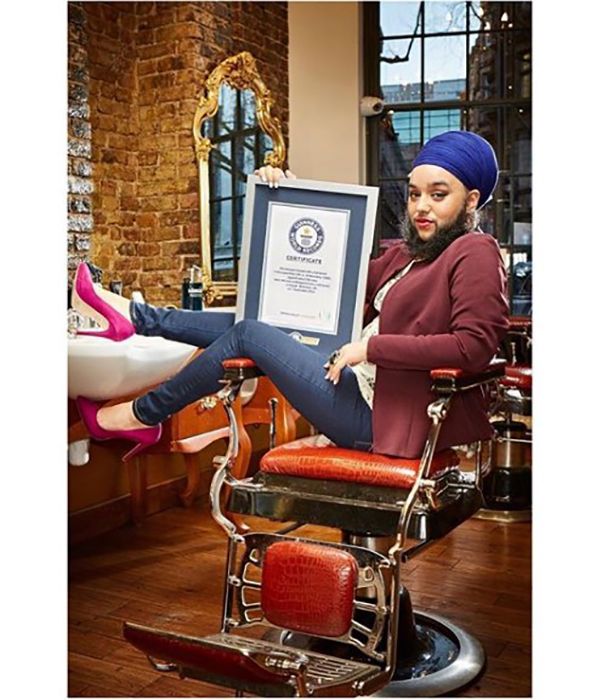 C сертификатом о рекорде, внесенным в книгу Гинесса.  Instagram @harnaamkaur.