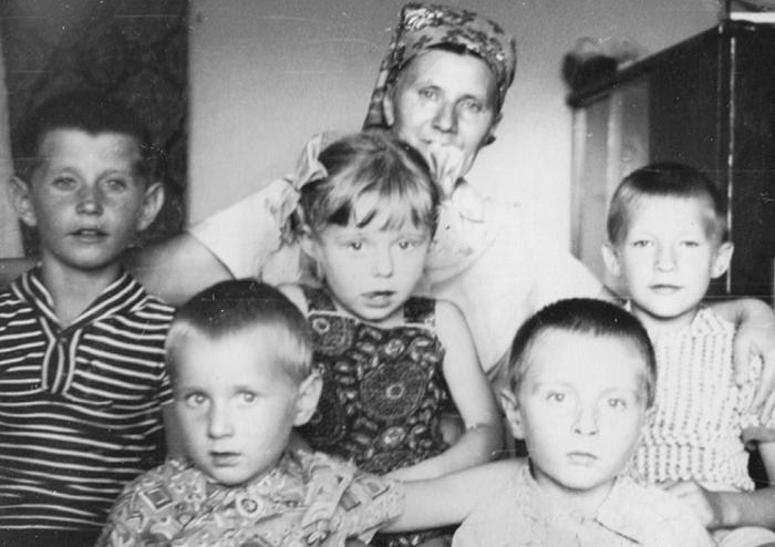 Надежда Петровна со своими внуками.