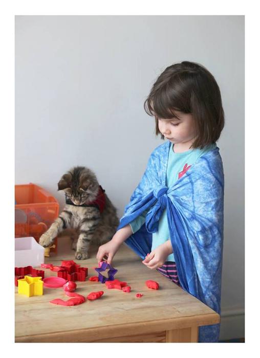 Искренняя любовь кошки помогает девочке справиться с болезнью.