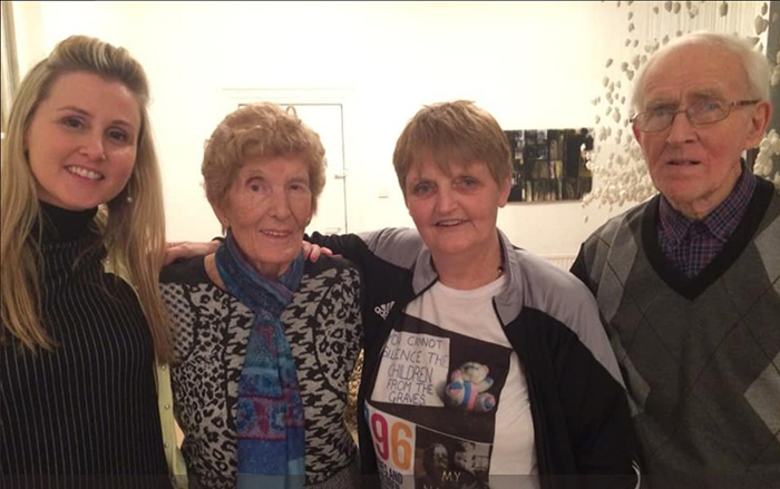 Эйлин Макен вместе с людьми, которые помогли ей найти ее мать.
