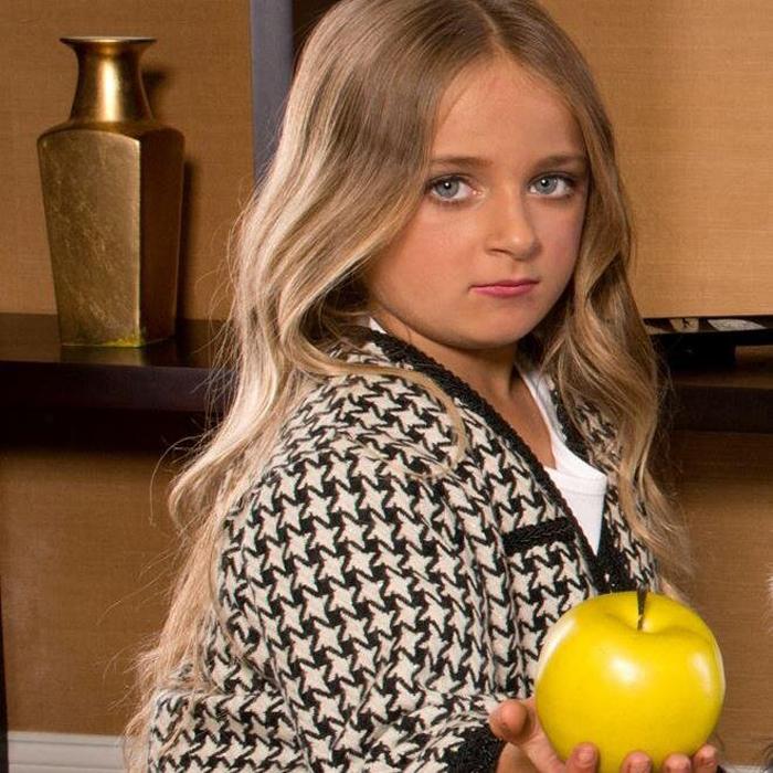 Изабелла Барретт ходит в школу и занимается бизнесом.