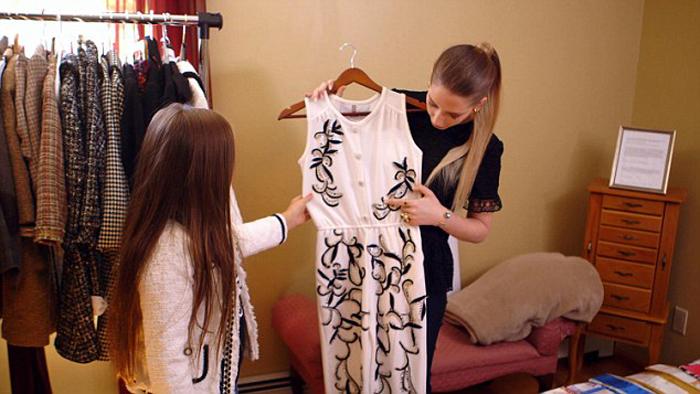 Изабелла владеет акциями двух линий одежды.