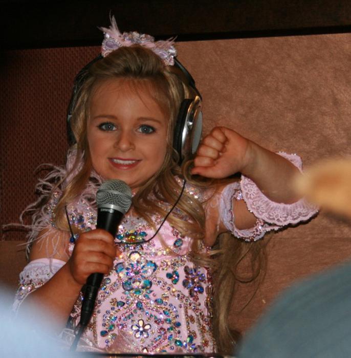 В прошлом году девочка записала две песни и теперь мечтает стать супер-звездой.