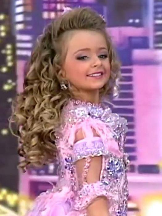С самого юного возраста Изабелла участвует в конкурсах красоты.