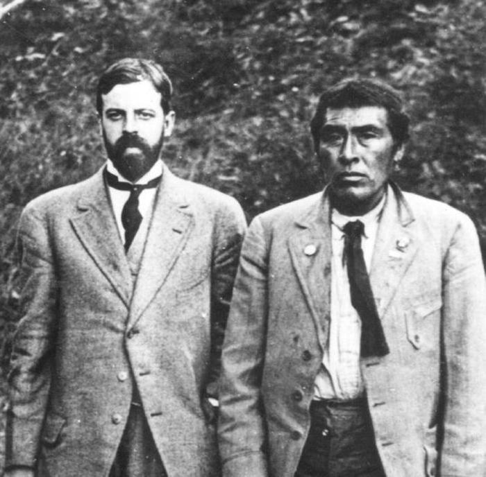 Иши рядом с антропологом.