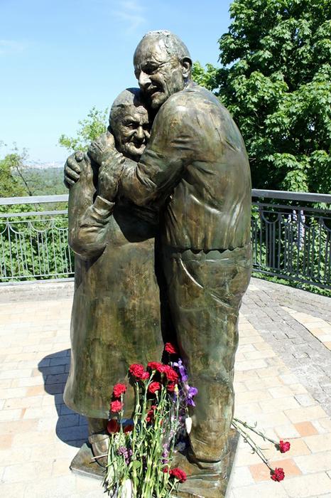 Памятник Мокрине и Луиджи стал излюбленным местом посещения влюбленных парочек.