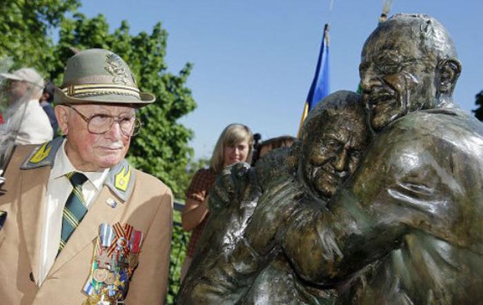 На открытии памятника Луиджи сказал, что он неимоверно счастлив, впервые за долгое время.