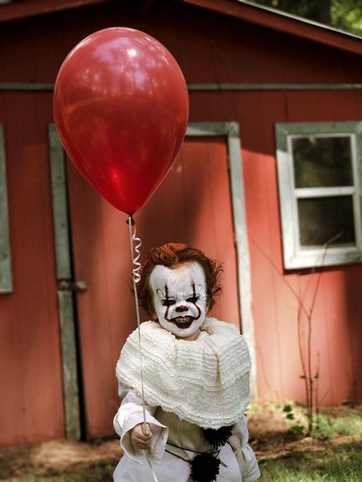 Красный воздушный шарик стал одним из символов таящего в городе зла. Instagram eag2n.