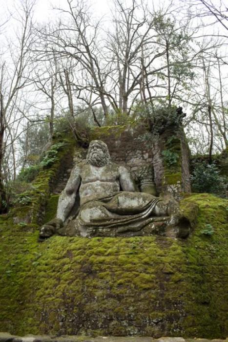 Статуи в парке расположены вдоль прогулочных дорожек.