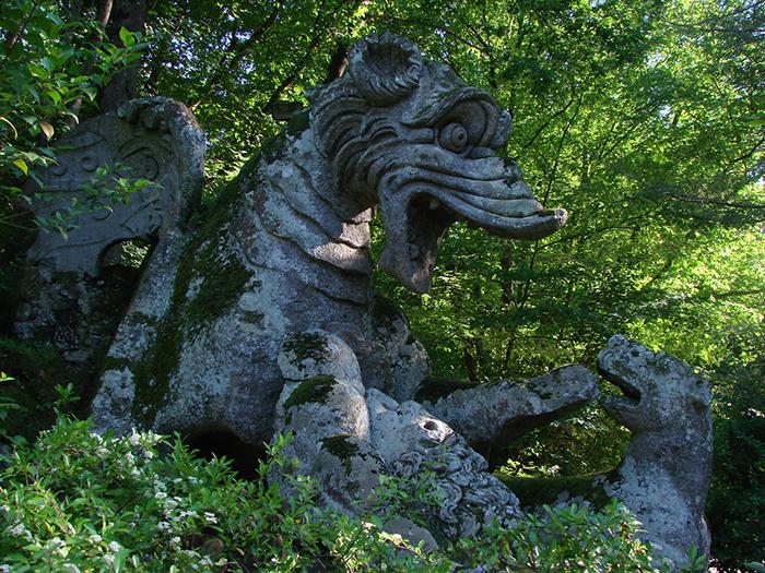 Дракон в тени старых деревьев.