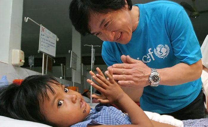 Джеки Чан действительно активно занимается благотворительной деятельностью.