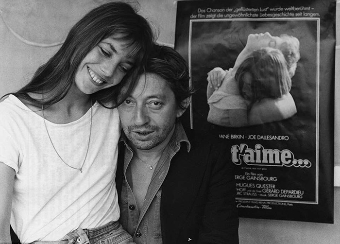 Джейн и Серж на фоне плаката фильма с ее участием.