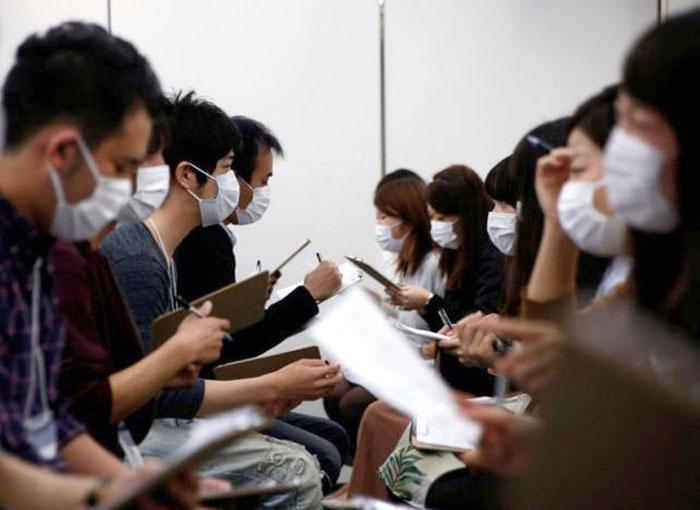 Один из дейтинговых сервисов предлагает участникам приходить в медицинских масках.