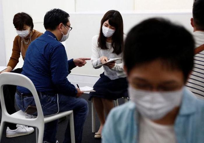 Когда не видишь лица собеседника и прячешь собственное лицо, проще общаться - уверены японцы.