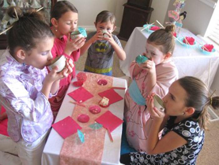 Вечеринка началась с разговоров и чая с тортиком.
