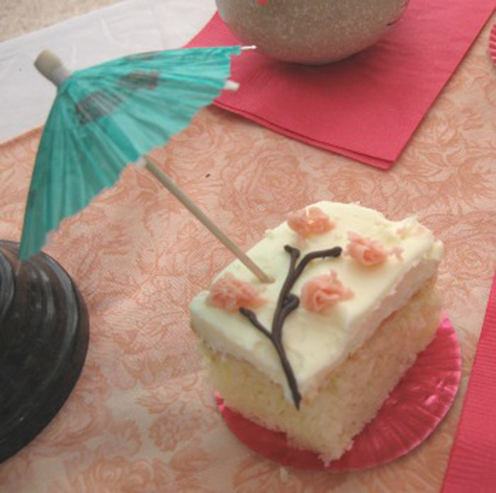 Маленькие пирожные с сакурой.
