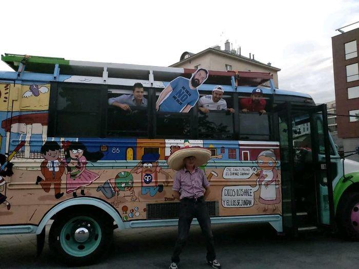 Друзья раскрасили автобус, чтобы передвигаться на нем по России.