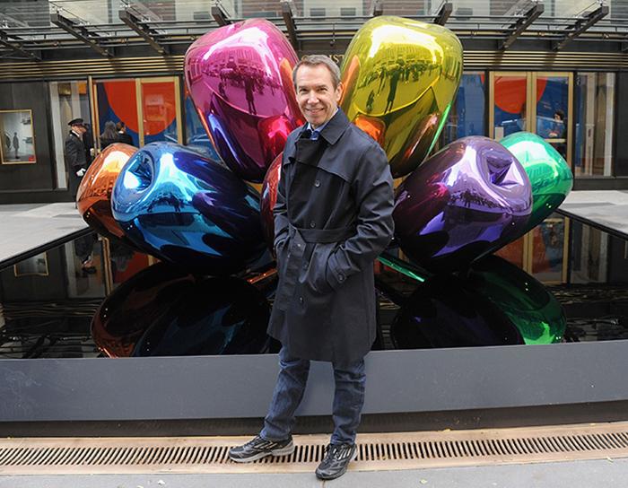 Джефф Кунс рядом со своей скульптурой *Тюльпаны*.