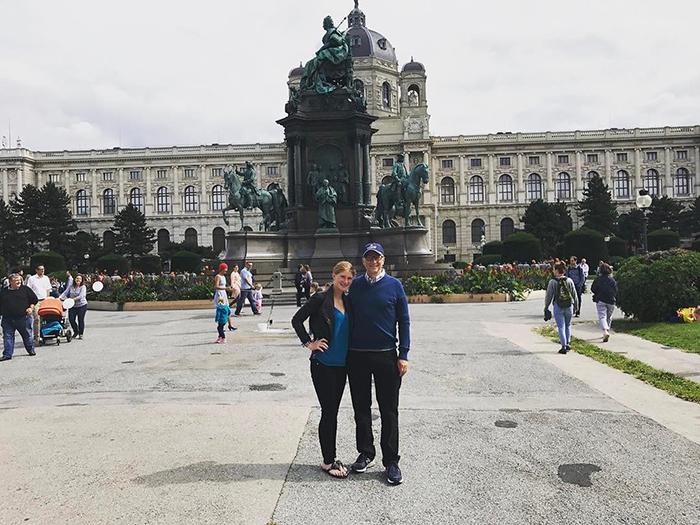 Дженнифер вместе с папой в столице Австрии.