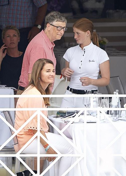 Дженнифер вместе с родителями посещается Global Champions Tour в Монако летом 2017.