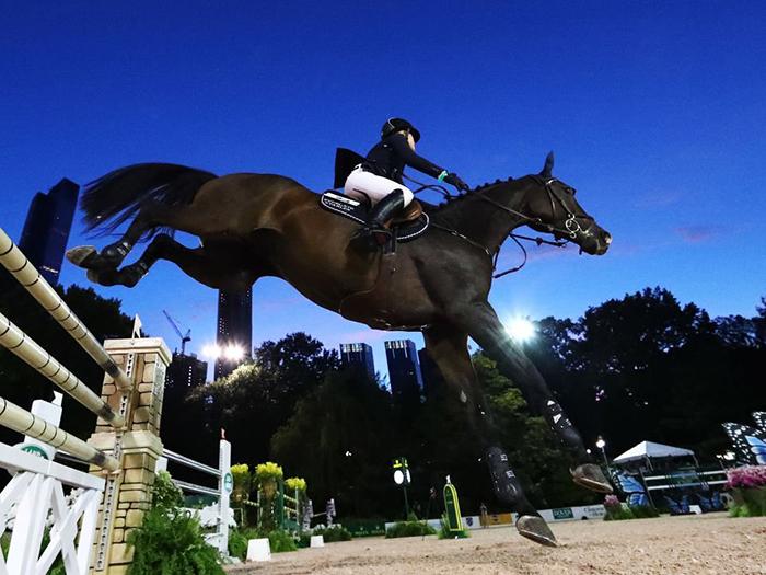 Дженнифер серьезно увлекается конным спортом, регулярно принимая участие в соревнованиях.