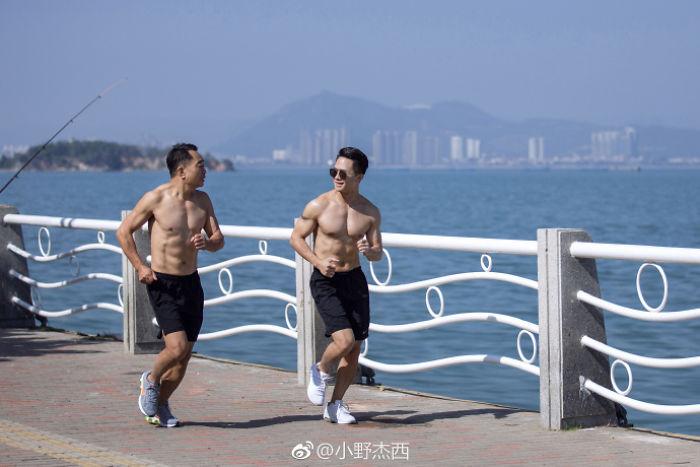 Они начали с обычных прогулок, постепенно перейдя к пробежкам.