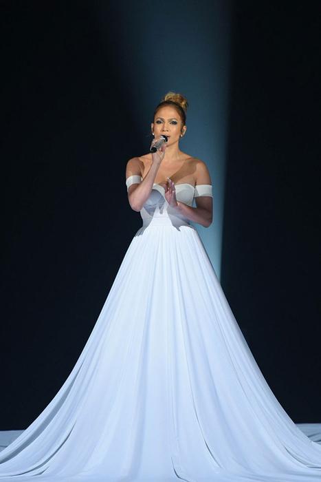 Платье с юбкой 12 м в диаметре.