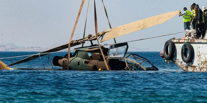 Погружение вертолета под воду.
