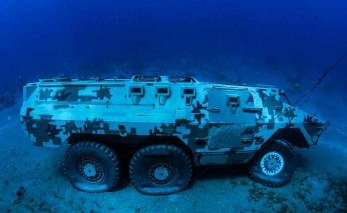 Всего иорданцы погрузили 19 единиц военной техники под воду.