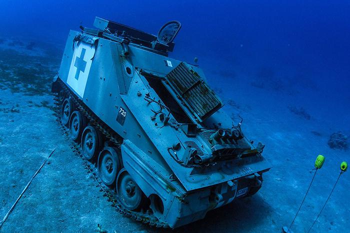 Военная техника затоплена рядом с коралловыми рифами.