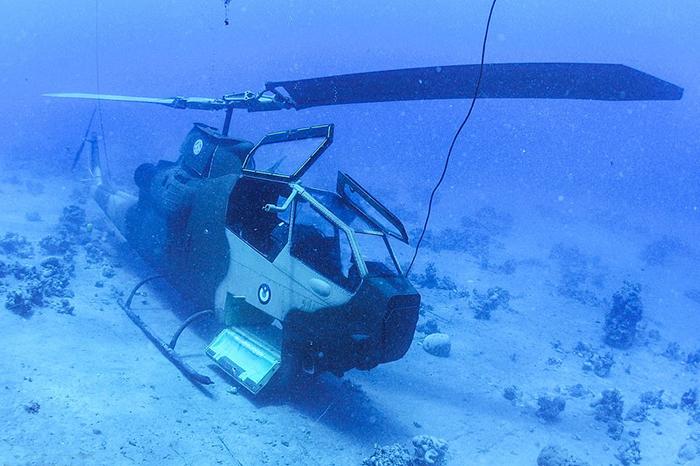 Вертолет является одной из экспозицией подводного музея.
