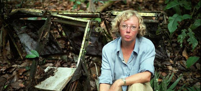 Взрослая Джулиана Кёпке на фоне обломков самолета, на котором она разбилась в Перу.
