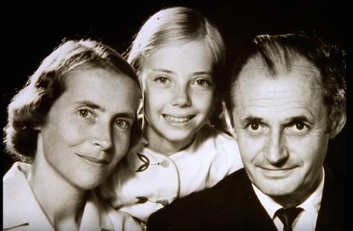 Маленькая Джулиана с родителями.