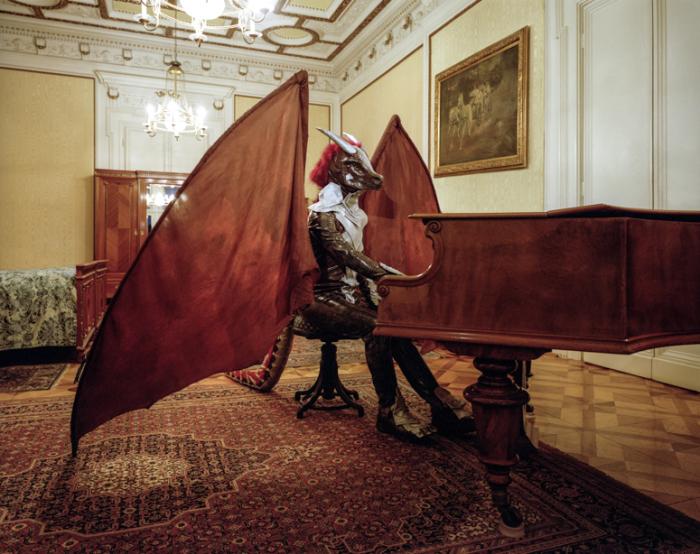 Дракон за роялем.