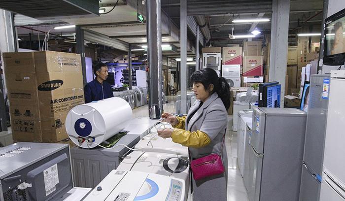 Цчнь и Сю работают в магазине бытовой техники.
