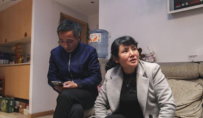 Сю и Цянь у себя дома рассказывают журналистом о поисках своей дочери.