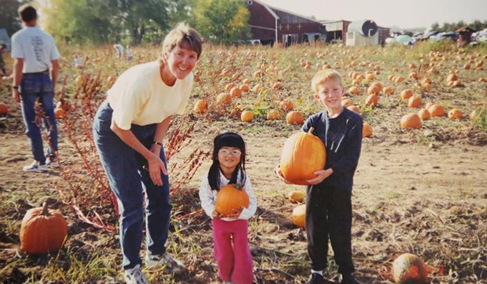 Кэти со своей приемной семьей.