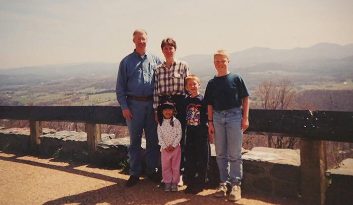 Кэти со своими приемными родителями и сводными братьями Стивеном и Джеффом в США.