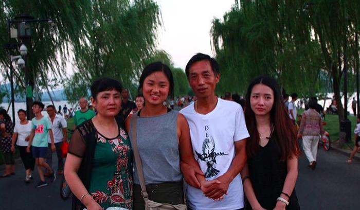 Цянь, Кэти, Сю и Сяочень (сестра Кэти) на Сломанном мосту.